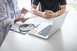 médico discutindo plano com paciente foto