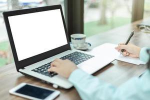 close-up de uma pessoa trabalhando em um laptop foto