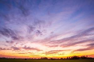 céu colorido do pôr do sol com nuvens foto