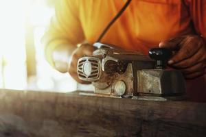 carpinteiro usando ferramentas foto