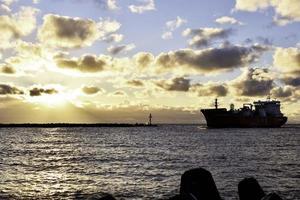 um navio ao pôr do sol