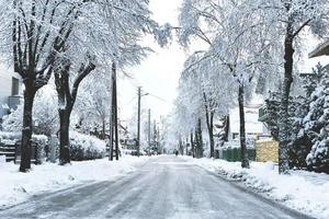 uma rua de inverno com neve