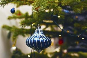 várias decorações para árvores