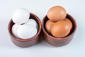 duas tigelas de ovos foto