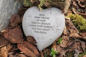 pedra com texto em alemão foto