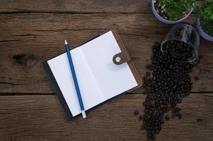 caderno com lápis e grãos de café