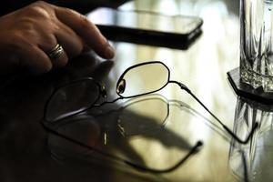 óculos de leitura em uma mesa