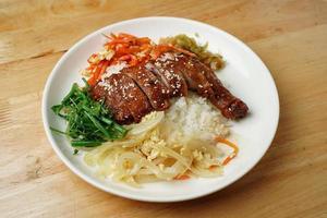 carne com sementes de gergelim e arroz foto