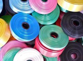 fitas coloridas em uma pilha