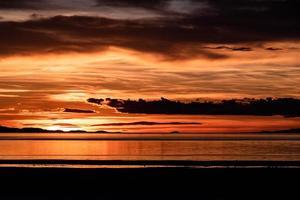 o oceano durante o pôr do sol