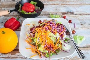 tigela de salada de legumes na mesa foto
