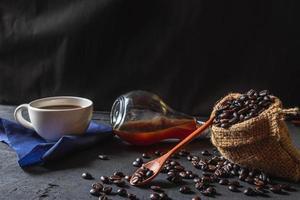 café quente e grãos de café crus foto