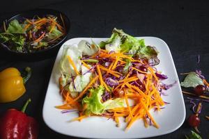 salada de legumes em fundo preto