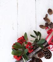 decoração de inverno em mesa de madeira branca foto