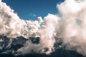 nuvens acima das montanhas foto