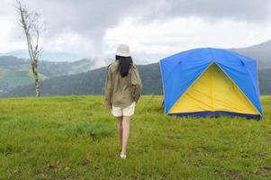 viajante com uma tenda azul e amarela