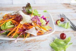 salada de legumes na mesa de madeira foto