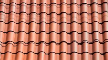 telhas de argila no telhado foto