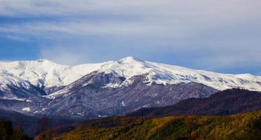 temporada de inverno no topo das montanhas foto