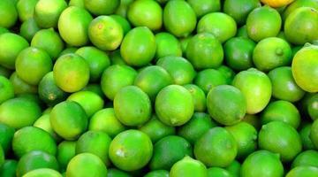 limões verdes à venda