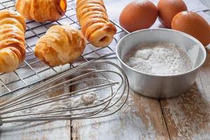 pão e tigela de farinha