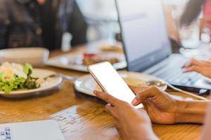 mulher segurando um smartphone com uma tela em branco foto