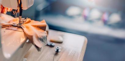 costura tecido na máquina com fundo desfocado