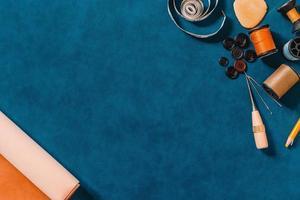 fundo texturizado azul com ferramentas de costura
