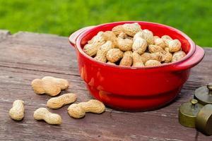 amendoim na mesa de madeira foto