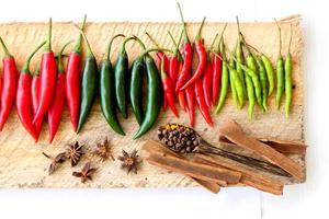 grupo de chili colocado em madeira foto