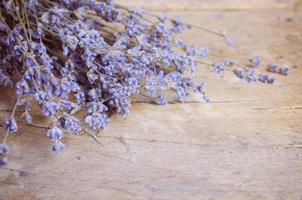 flor de lavanda na mesa de madeira foto