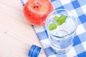 copo de água limpa com hortelã em um centímetro de mesa foto