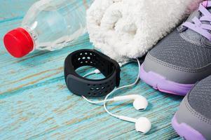 conjunto de fitness com tênis de corrida e monitor de frequência cardíaca foto