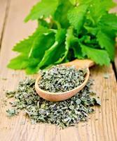 chá de ervas de folhas de hortelã secas na colher foto