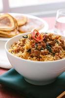 Carne de porco frito com manjericão e arroz frito foto