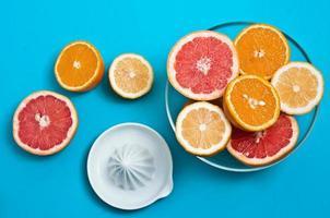 frutas cítricas suculentas em uma mesa foto