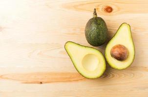 abacate fatiado na madeira foto