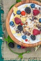 café da manhã fresco com leite e frutas vermelhas no jardim foto