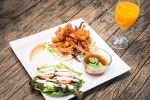 camarão frito com molho de tamarindo foto
