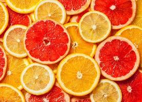 fatias de frutas cítricas coloridas foto