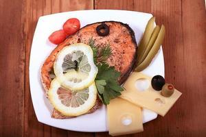 fundo de madeira de salmão grelhado foto