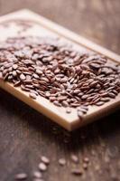 sementes de linho em uma placa de madeira foto