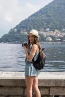 garota atraente tirando fotos