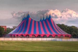 grande tenda do festival em vermelho azul verde
