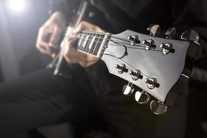 Tocando violão foto