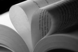 folhas brancas de um livro em forma de coração foto