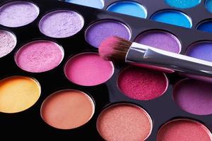 Maquiagem. cosméticos. paleta de sombras com blushes.