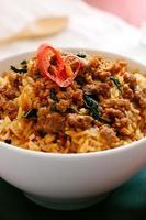 Carne de porco frito com manjericão e arroz frito