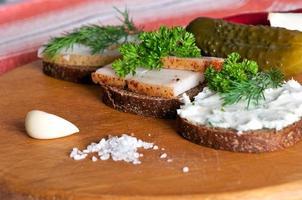 sanduíches com banha de porco salgada, temperada e espalhada foto