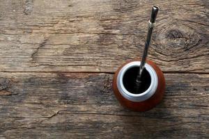 companheiro de chá em fundo de madeira foto